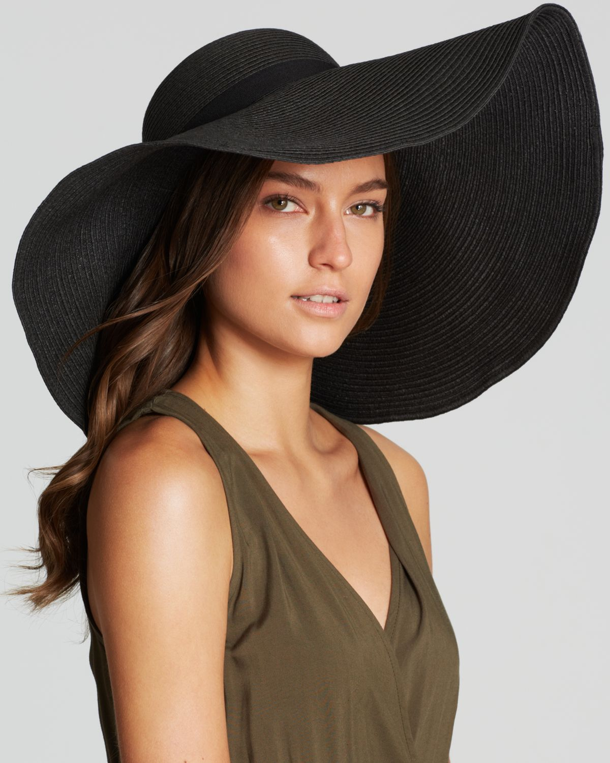 Fashionable floppy hat