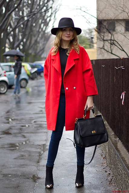 red coat with black blouse, skinny jeans, ankle boots and wide brim hat HLRNOWU